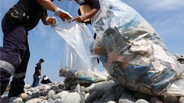 Se estima que para el 2050 habrá más plástico que peces en el océano.