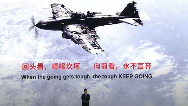 Huawei ha tomado la imagen de un avión bastante afectado continuando su vuelo como una inspiración.