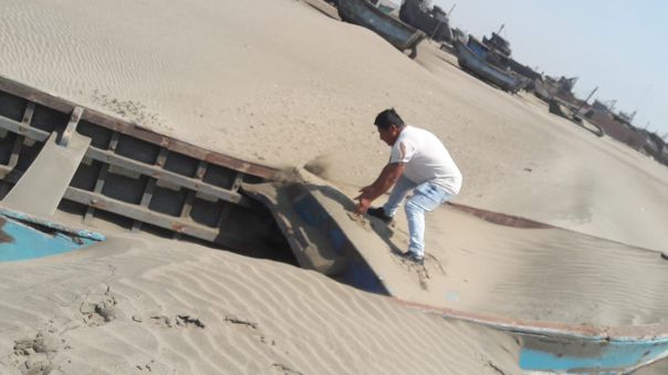 Embarcaciones enterradas en la orilla de la playa de San José