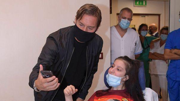 Totti conoció a Ilenia, la joven futbolista de la Lazio que despertó del coma tras escucharlo