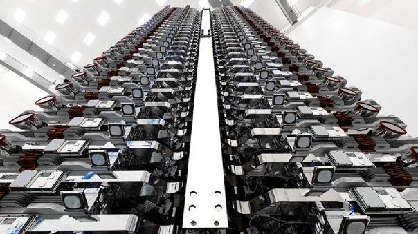 Así lucen sesenta satélites Starlink dentro de las bodegas del Falcon 9