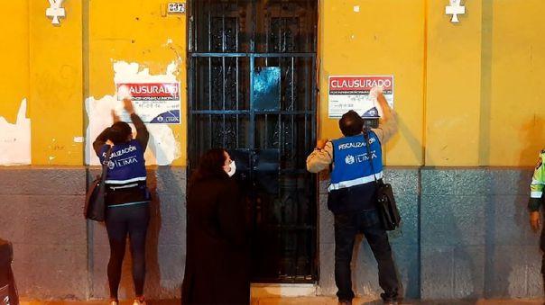 El local se encontraba funcionando a puertas cerradas con quince personas en su interior.