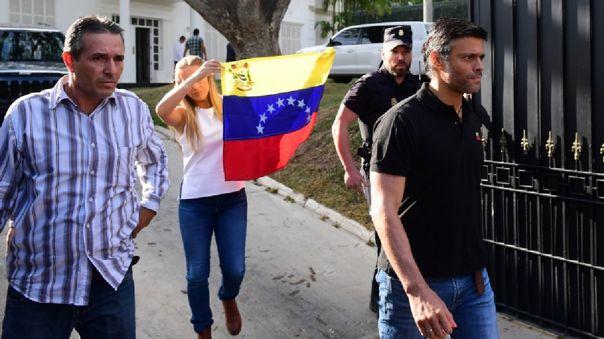 El emblemático líder opositor venezolano, de 49 años, se reunirá en Madrid con su esposa, Lilian Tintori.