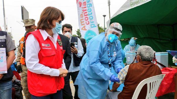 La ministra Pilar Mazzetti participó en el inicio de la segunda fecha de la Jornada Nacional de Vacunación desde la Plaza de Armas de Breña.