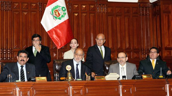 Manuel Merino en la Mesa Directiva del Congreso, encabezada por su entonces presidente Daniel Abugattás Majluf, en una sesión matutina del Pleno.
