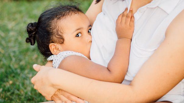 Se recomienda seguir con la lactancia materna a demanda, con tomas frecuentes, hasta los dos años o más.