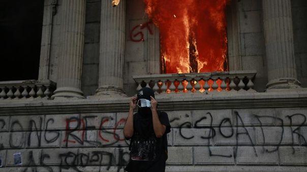 Los manifestantes, en su mayoría encapuchados, rompieron la puerta de ingreso al Parlamento y también las ventanas.