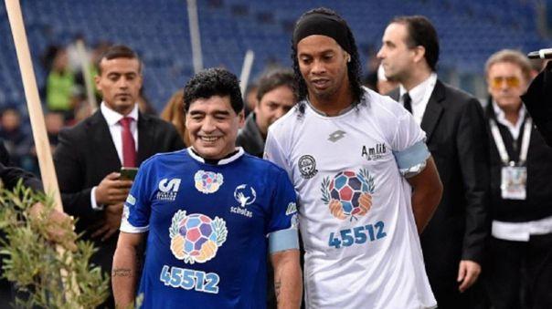 Diego Maradona y Ronaldinho durante un partido de exhibición