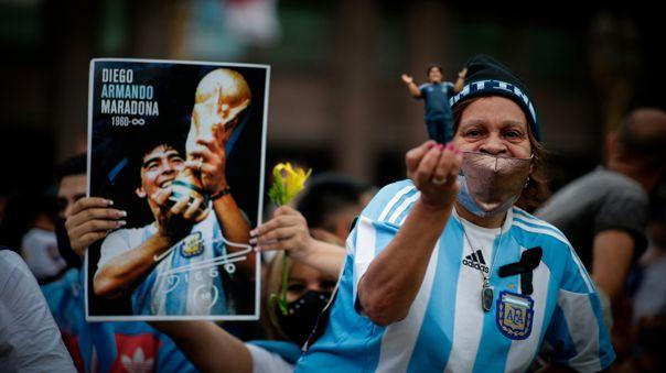 Seguidores de Diego Armando Maradona a las puertas de la Casa Rosada.
