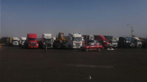 Las personas intentan llegar a Lima por la Panamericana, pero los manifestantes han cerrado las vías desde el pasado lunes.