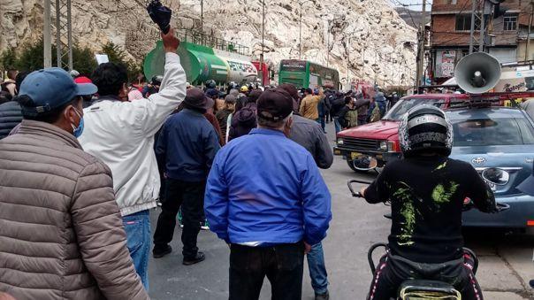Cientos de trabajadores del Complejo Metalúrgico Doe Run Perú en proceso de liquidación se movilizan pacíficamente por la Carretera Central.
