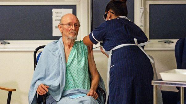 Una enfermera la aplica la vacuna a William Bill Shakespeare de 81 años.