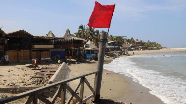 Suspenden actividades en playa de Máncora por oleajes anómalos.