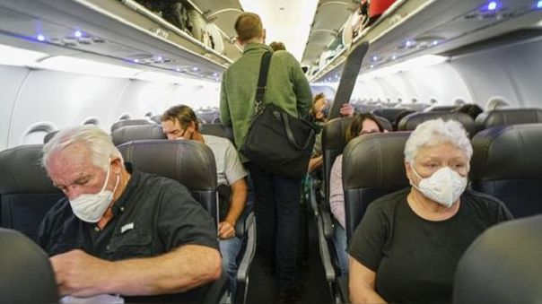 Los especialistas comentan que el transporte aéreo, que permite llegar de un continente a otro en solo unas horas, facilitó la propagación del nuevo coronavirus a lo largo del globo.