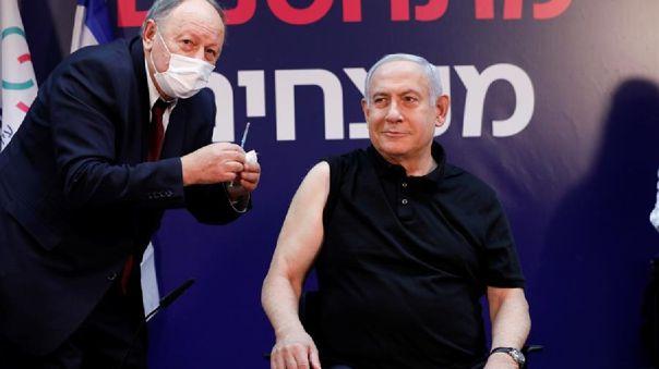 El primer ministro de Israel, Benjamín Netanyahu, se convirtió hoy en el primer israelí en recibir la vacuna contra el coronavirus