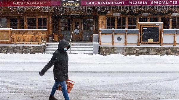 Como medida de precaución, Suiza también ha prohibido todos los viajes turísticos a esos dos países afectados por la circulación de la nueva variación.