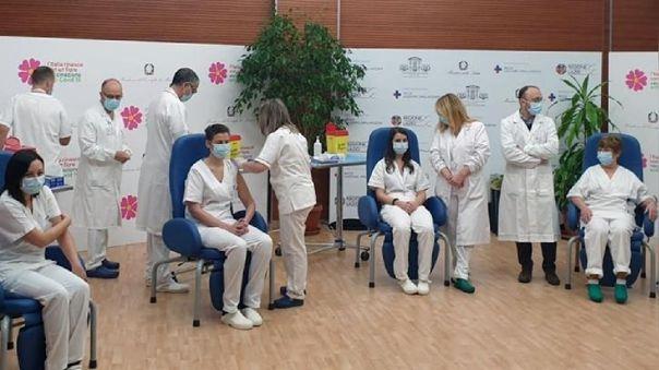 Italia administró sus tres primeras vacunas a personal sanitario
