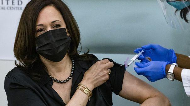 Tras ponerse la vacuna, Harris bromeó con que apenas había sentido la inyección, y agregó que su marido, Doug Emhoff, la recibirá después.