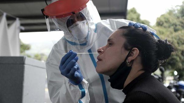 Según los lineamientos de las autoridades, un caso sospechoso es una persona con o sin síntomas que haya sido positivo para SARS-CoV-2.