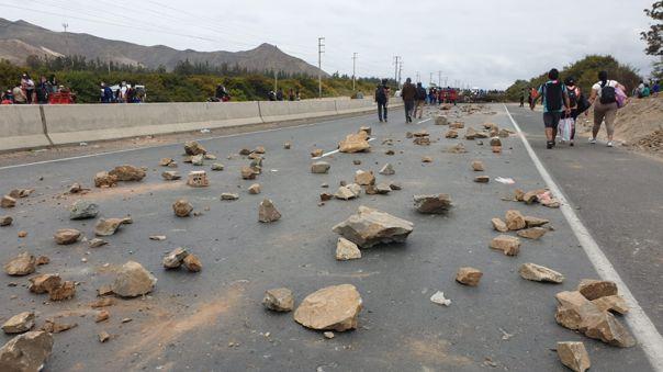 Un grupo de manifestantes bloqueó un tramo de la carretera.