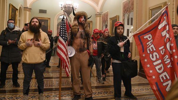 Manifestantes ingresaron al capitolio en Estados Unidos.