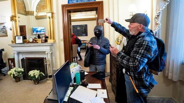 Simpatizantes de Donald Trump ingresaron al Capitolio y tomaron algunas de las oficinas.