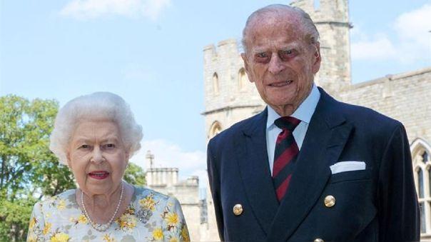 La reina Isabel II y su esposo reciben la vacuna contra la COVID-19