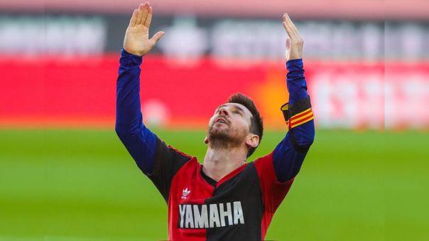 Lionel Messi dedicándole un gol a Maradona en el partido ante Osasuna