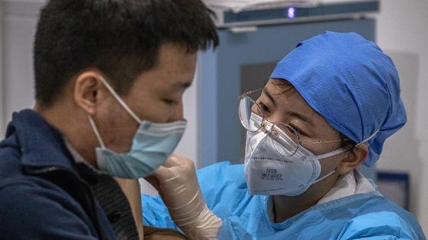 Un hombre recibe la vacuna contra el coronavirus de Sinopharm.