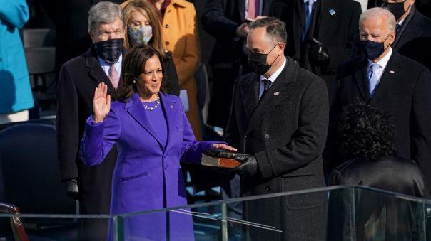 Al igual que sus predecesores, Harris terminó su juramento con el compromiso de que cumplirá
