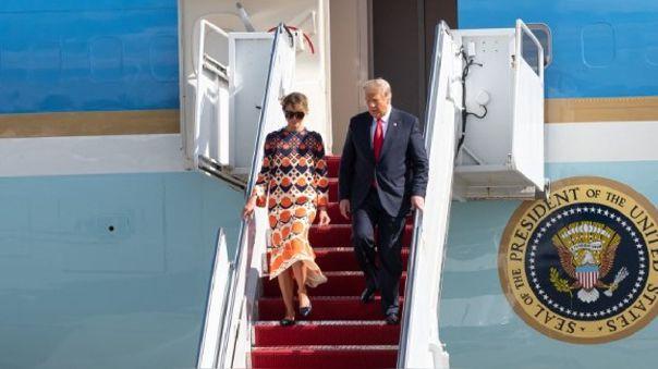 Trump descendió de la escalera del avión acompañado de su esposa, Melania, y saludó con la mano a unos cuantos simpatizantes.