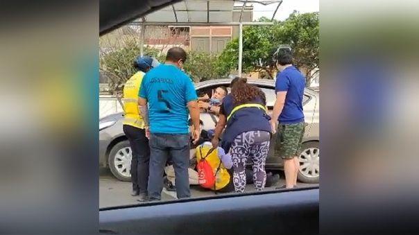 Taxi colectivo atropelló a controladora.