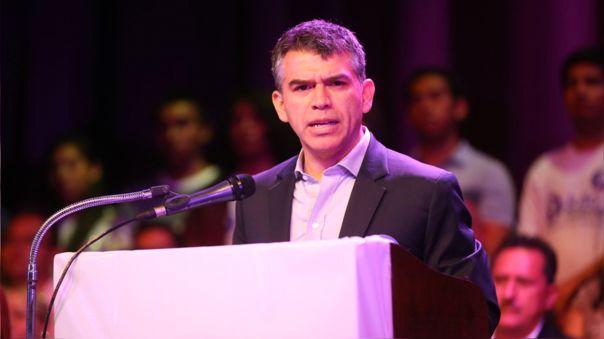 Julio Guzmán anuncia que ha cerrado actividades de campaña hasta su recuperación.