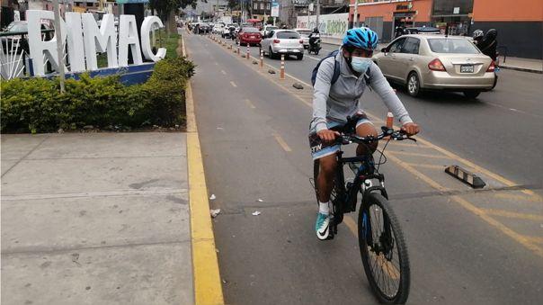 Al transportarse en bicicleta no se debe olvidar el uso obligatorio y necesario de la mascarilla.