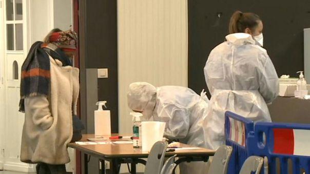 El viernes, Johnson provocó conmoción al anunciar, contra lo que se creía hasta ese momento, que la variante británica del virus puede estar asociada a una mayor mortalidad.