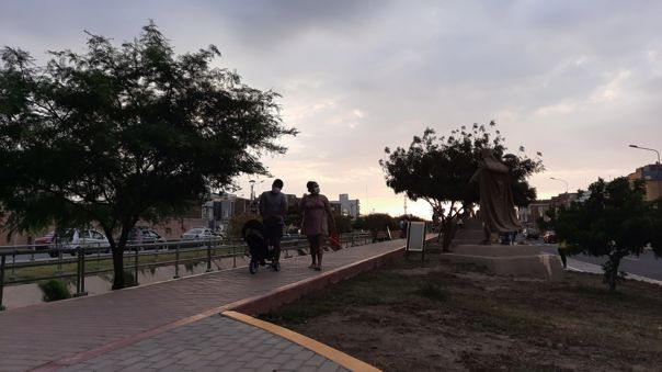 Familia pasea por el Paseo Yoturque en Chiclayo.