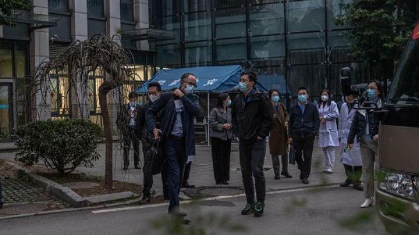 El equipo de expertos de la OMS que ha viajado a Wuhan, a la salida del Hospital Provincial de Hubei