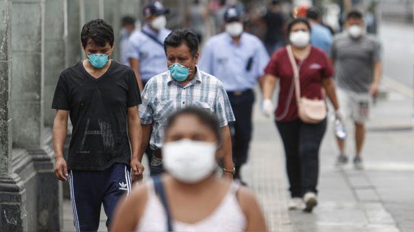 Personas caminan utilizando mascarillas por Centro de Lima.