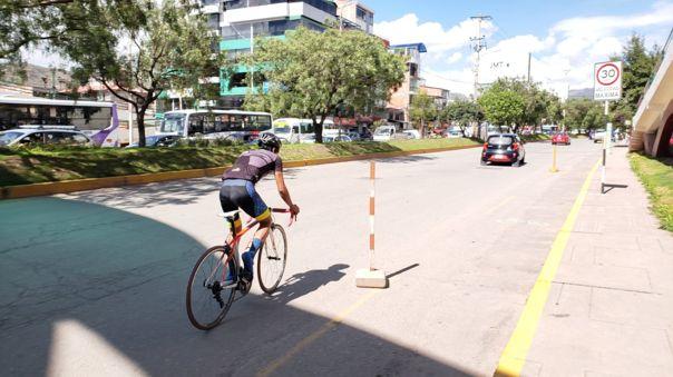 Ciclista en la Av. La Cultura en Cusco.