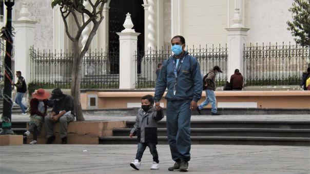 Padre e hijo aprovechan el uso de espacios públicos durante la pandemia.