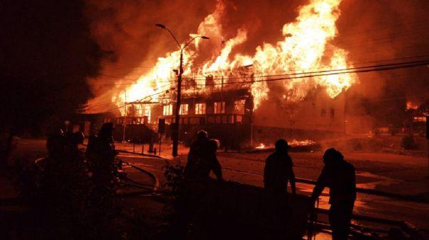 Los protestantes incendiaron la municipalidad de Panguipulli, localidad donde ocurrieron los hechos.