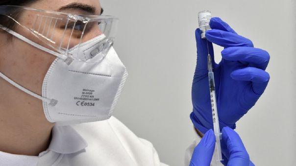 Japón está tratando de abastecerse con suficientes jeringas especiales para poder extraer las seis dosis completas de cada frasco de vacuna Pfizer.