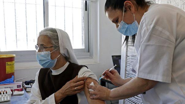 La Defensoría solicita que los adultos mayores se vacunen inmediatamente después del personal sanitario.