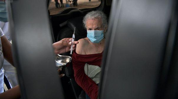 Expertos de la Organización Mundial de la Salud (OMS) aconsejaron la semana pasada usar la vacuna de AstraZeneca y la Universidad de Oxford en personas mayores.