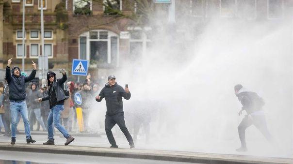 Varias manifestaciones se registraron contra el toque de queda en Holanda