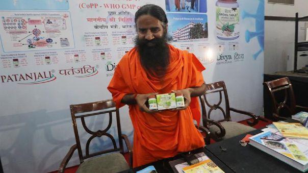 Baba Ramdev es uno de los gurús más conocidos de la India y cuenta con una fiel legión de seguidores a los que llega sobre todo a través de un programa de televisión de yoga.