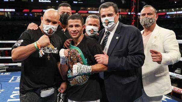 El boxeador puertorriqueño McWilliams Arroyo (c) mientras celebra su victoria por el peso mosca contra el mexicano Abraham Rodríguez