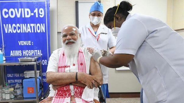 La India espera inmunizar a unos 300 millones de personas en la primera mitad de año con una de las dos vacunas aprobadas en el país.