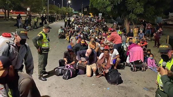 Ciudadanos venezolanos haciendo fila para cruzar a su país en Cúcuta (Colombia).
