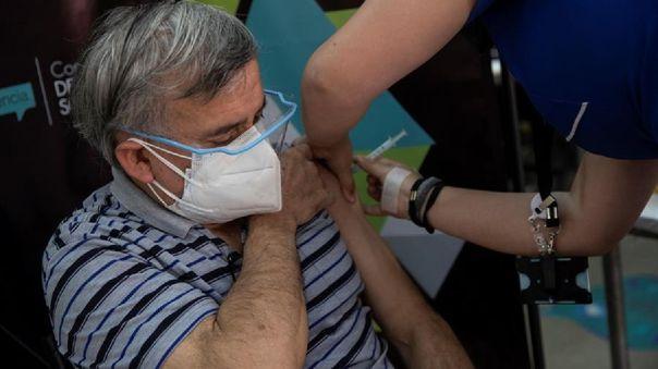 La campaña de vacunación desplegada por las instituciones de salud chilenas se ha basado en la amplia red de atención primaria distribuida a lo largo de su territorio.